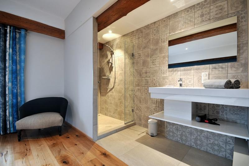 Figure 22A salle de bain avec douche à l'italienne, chambre JUNIOR